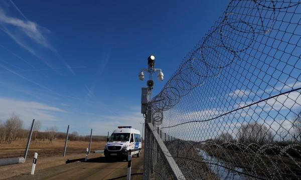 Срещу нелегалните мигранти: Унгария пусна ток по оградата