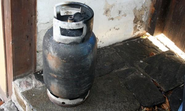 Баща и син с риск за живота след взрив на газова бутилка