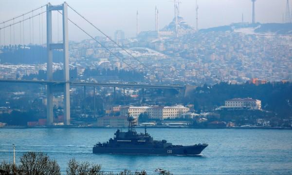 Руските военни кораби при засилена охрана през Босфора