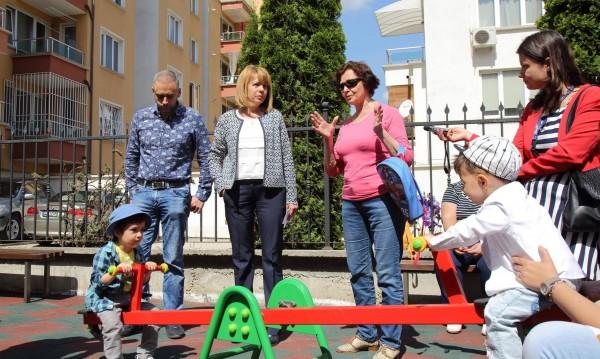 Фандъкова се хвали: Строят се 50 детски площадки в София