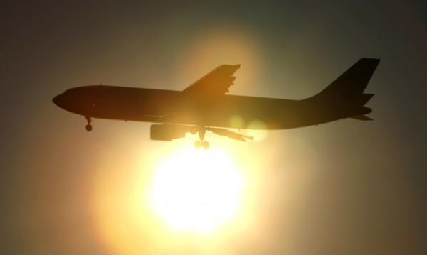 Нашенец на бутилка узо приземи самолет на Ryanair