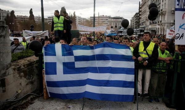 Атина с нови мерки за икономии, протестите не стихват