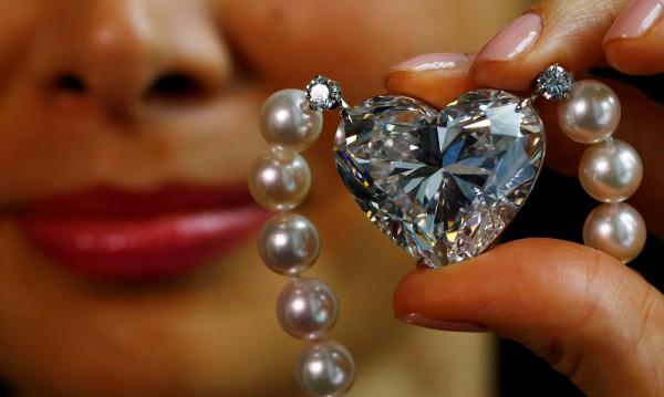 Продадоха бял сърцевиден диамант за почти $15 млн.