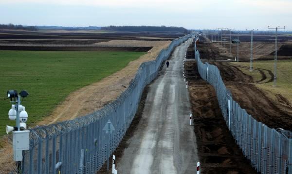 Унгария не дава назад: Запазва оградата на границата