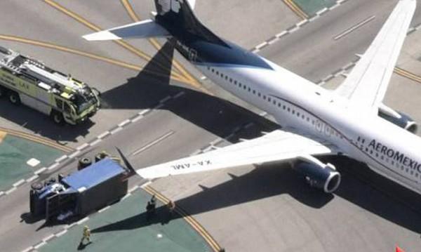 Самолет удари камион на летище в Ел Ей, 8 ранени
