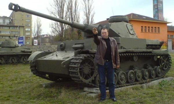 Иво Антонов се извини за нацисткия поздрав пред танка