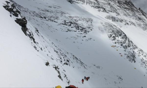 Трима загинаха край Еверест, един е в неизвестност