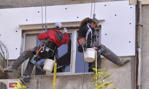 Масови проверки на санирани блокове заради течове