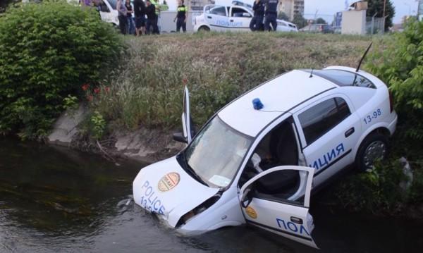 Абитуриентка засече патрулка, прати я във воден канал