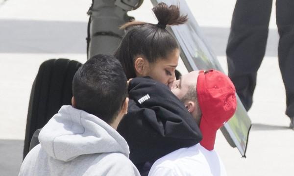 Ариана Гранде се прибра у дома, гаджето я разцелува