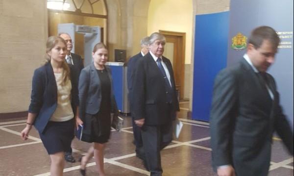 За кирилицата и още нещо! Посланик Макаров при Борисов