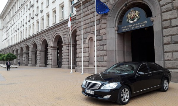 Кола на НСО паркира на Ларгото: За кого важат правилата?