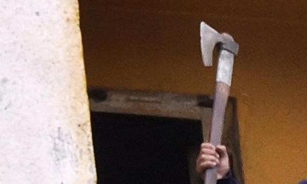 Арестуваха млад мъж, убил с брадва дядо в Любимец