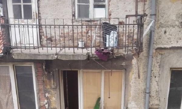 Тераса се срути в центъра на София, пострада жена