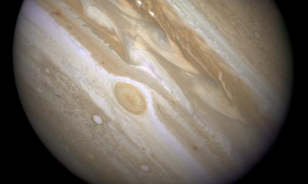 На полюсите на Юпитер бушуват чудовищни урагани