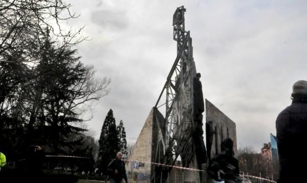 Окончателно: Махат паметника пред НДК през лятото