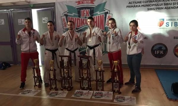 Шест бронзови медала спечелиха каратеките на БККФ от Световното по киокушин в Румъния