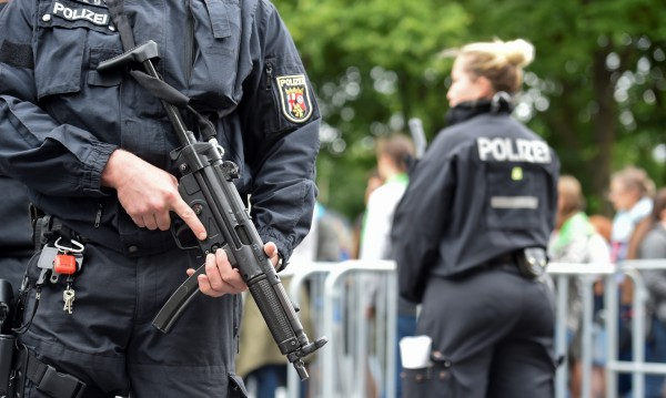 Отцепиха улица в Берлин заради подозрителна кола