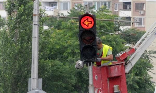 Пиян подкара колата, събори светофар на кръстовище