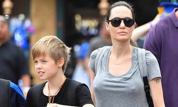 Гаф или тренд: Анджелина Джоли забрави сутиена
