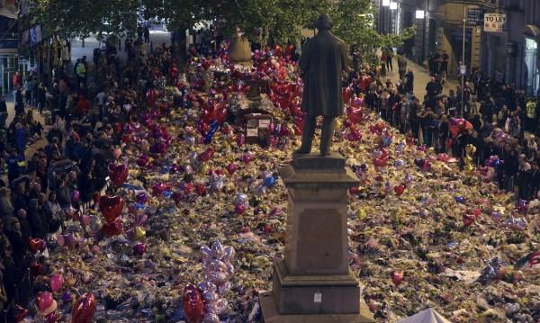 Седмица по-късно: Почетоха паметта на жертвите в Манчестър