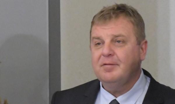 За да няма отлив, Каракачанов иска ръст на заплатите в МО