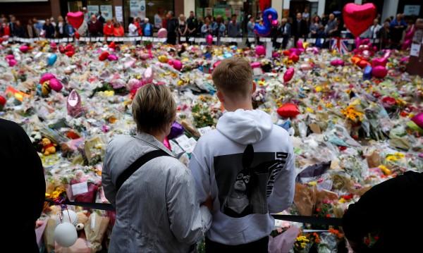 Музика срещу бомбите: Куп звезди с Ариана Гранде в Манчестър
