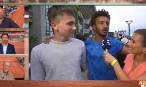 """Скандал на """"Ролан Гарос"""": Изхвърлиха тенисист за целувка"""