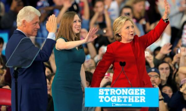 След Бил и Хилари и Челси Клинтън гледа към политиката