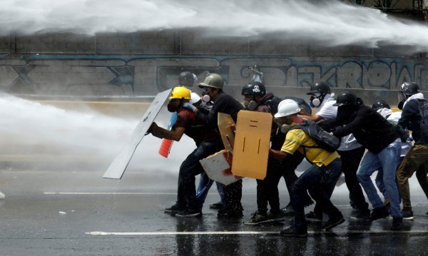 Съдия застрелян на барикада при протестите във Венецуела