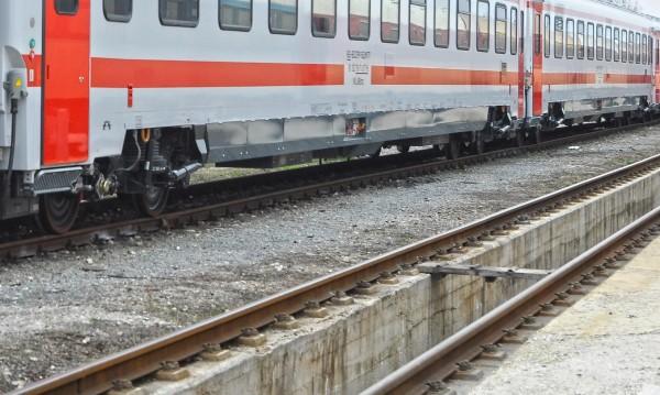 Екшън: Влак откачи номер на кола, шофьорът си го взе и избяга