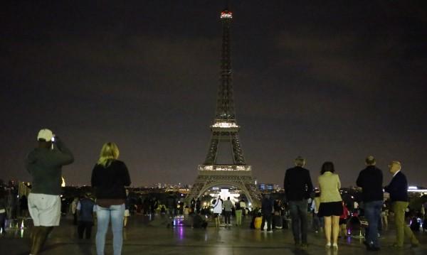 Светлините на Айфеловата кула угасват заради Лондон