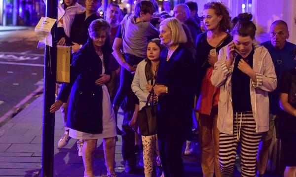 Маси, столове... жители на Лондон срещу нападателите