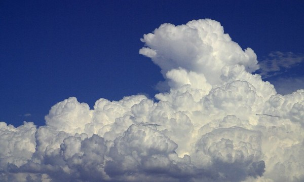 Дъждовни облаци на запад, на изток... слънце, море