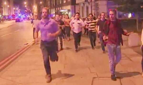 Има ли нещо по-британско? Мъж бяга от Лондон бридж... С халба в ръка!