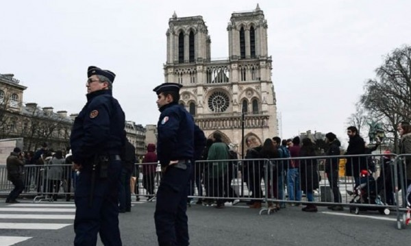 Стрелба в Париж, районът около Нотр Дам e отцепен