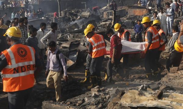 Най-малко 25  загинали при взрив във фабрика за фойерверки в Индия