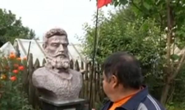 Паметник на Христо Ботев в селски двор до барбекюто? Защо не!