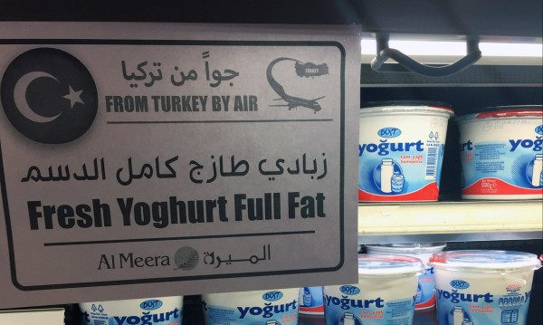 Иран натовари пет самолета с храна за Катар