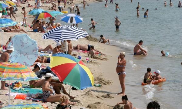 Мекици, кукуруз... Инспектори по петите на плажни търговци