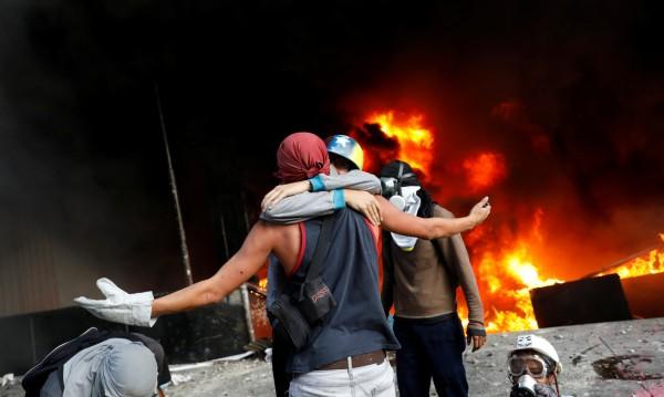 Във Венецуела протестиращи подпалиха сградата на Върховния съд