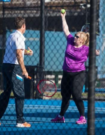 Дебеланата Ребел Уилсън топи мазнини с тенис