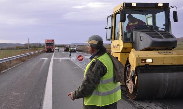 """Обещание: Нов асфалт за """"вълните"""" по """"Тракия"""". Но наесен"""