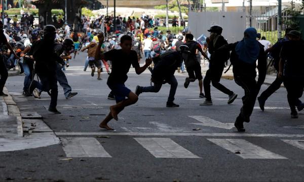 Двама младежи са убити при демонстрации във Венецуела