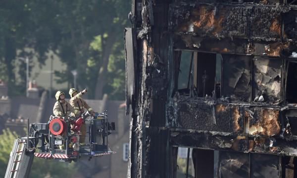 Загиналите при пожара в Лондон вече са 30
