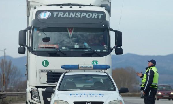 """За часове през уикенда: Спират камиони в участък от """"Хемус"""""""