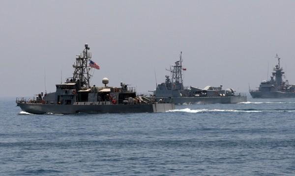 Американски боен кораб се сблъска с търговски край Япония