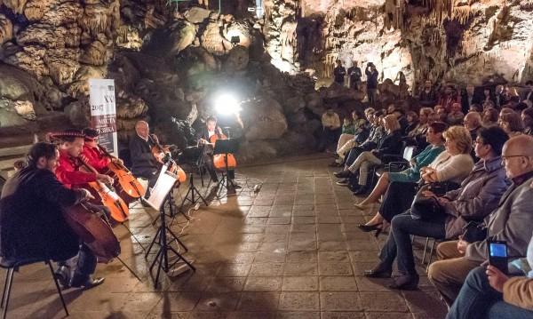 """Виенски челисти свириха в пещерата """"Съева дупка"""""""