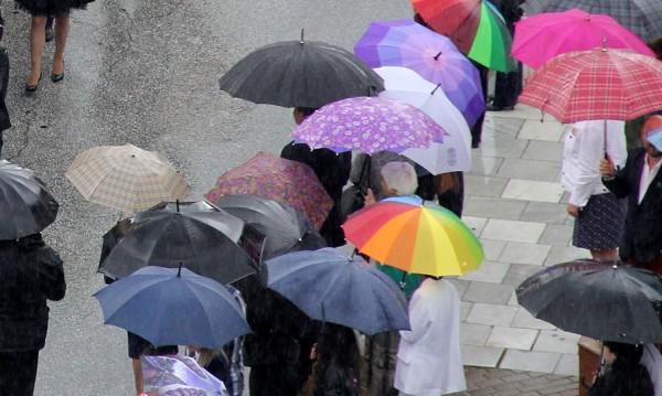 Утре ще е още по-хладно, не прибирайте чадърите