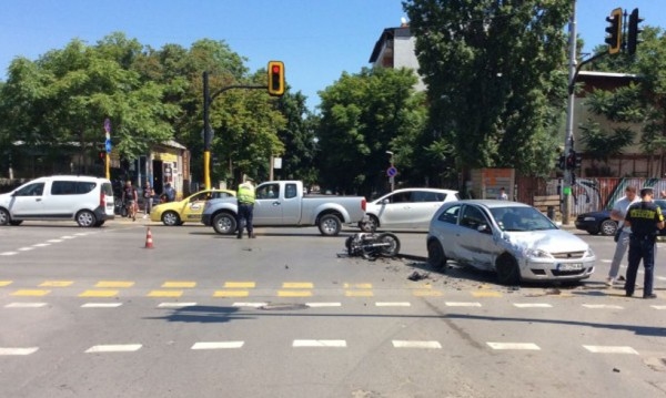 Сблъсък в София: Мотоциклетист загина, ударен от Опел